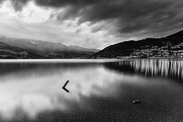 Vangsvatnet meer bij Vossevangen in Noorwegen (zwart-wit) van Evert Jan Luchies