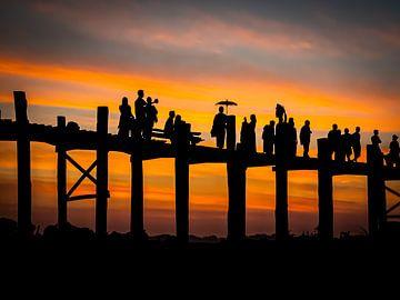 Silhouetten op de wereldberoemde U-Bein brug in Mandalay van Rik Pijnenburg
