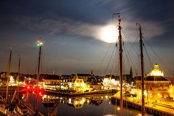 Volle maan boven binnenstad Harlingen van Maurice van Miltenburg