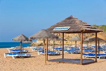 Sonnenschirme und Strandbetten auf dem Strand auf der Küste in Albufeira in Portugal von Ben Schonewille