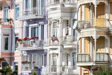 Kleurrijke houten huizen aan de Bosphorus (zee) in Istanbul, Turkije. van Eyesmile Photography