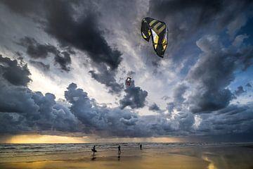 Kitesurfers voor de storm -1 van Hanneke Rila
