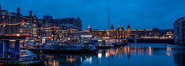 Damrak en het Centraal Station tijdens het Amsterdam Light Festival 2019 van
