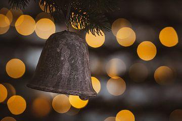 Kerstklok in kerstboom met bokeh van kerstverlichting van Mayra Pama-Luiten
