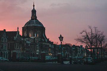 Marekerk (Leiden) bij zonsondergang van Edzard Boonen