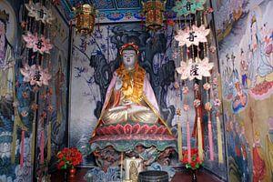 Guanyin Buddhistisch Afgodsbeeld in Niche 01 van Ben Nijhoff