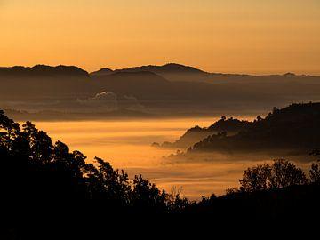 Een zonsopkomst over de Shan State in Myanmar van Rik Pijnenburg
