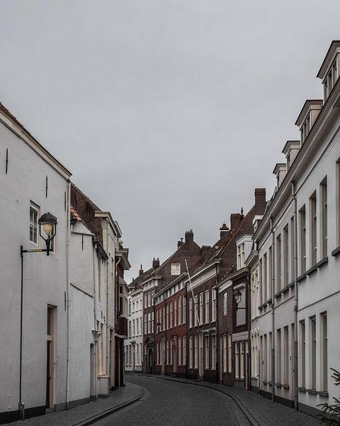 Historische straat in Bergen op Zoom van Kim de Been