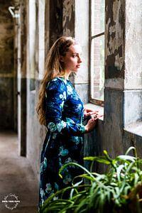 Young girl staring through windows van Alex Spinder