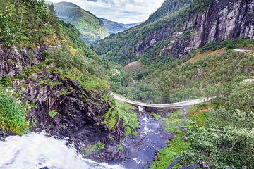 Skjervsfossen Wasserfall in Vossevangen in Norwegen von Evert Jan Luchies