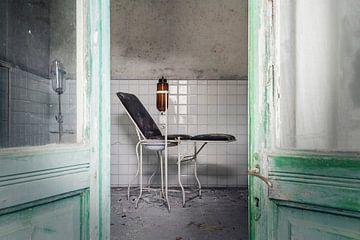 regarde dans la chambre d'un médecin abandonné sur