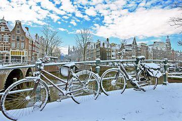 Amsterdam enneigée sur l'Amstel aux Pays-Bas sur Nisangha Masselink