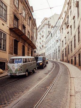Alter Volkswagen-Bus auf der Straßenbahn in den Staaten des alten Lissabon geparkt von Michiel Dros