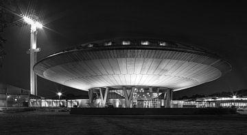 Evoluon Eindhoven, Abendaufnahme in Schwarzweiß von Maurits van Hout