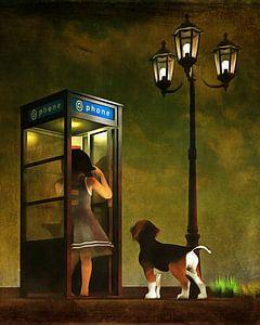 Een puppy en de telefooncel