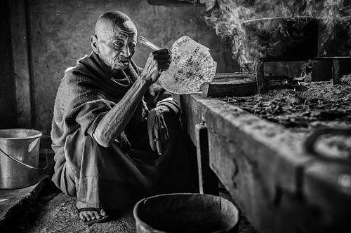 Monnik is aan het koken in een nogal obscure ruimt een een klooster in de buurt van Inle in Myanmar. van