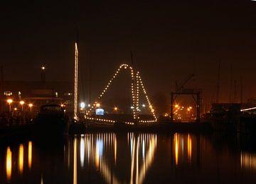 Voilier illuminé dans le port de Huizen aux Pays-Bas la nuit sur Nisangha Masselink