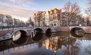 De prachtige Amsterdamse grachten tijdens het gouden uur. van Claudio Duarte