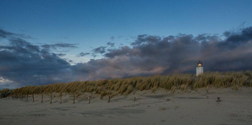 Vuurtoren Noordwijk met wegtrekkende bewolking van Dick van Duijn