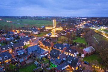 Verlichte korenmolen De Fortuin in Noordhorn van Droninger