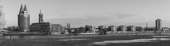 Een panoramisch view  van Roermond, Nederland is zwart-wit