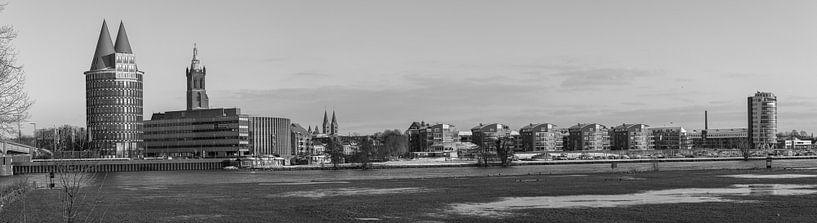 Een panoramisch view  van Roermond, Nederland is zwart-wit van Delano Gonsalves