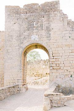 Middeleeuwse poort | Oude stenen muur in Spanje | Reisfotografie wall art foto print van Milou van Ham