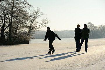 Drie schaatsers op de Nieuwkoopse Plassen von Merijn van der Vliet