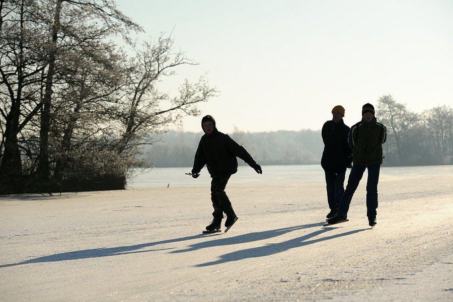 Drie schaatsers op de Nieuwkoopse Plassen