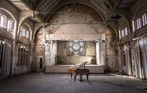 Piano in verlaten theater van