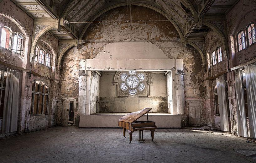 Piano in verlaten theater van Inge van den Brande