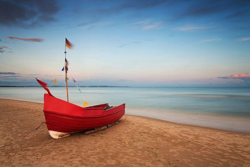 Fischerboot am Strand von Frank Herrmann
