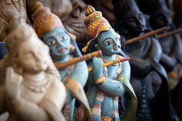 God Rama bespeelt fluit in souvenirwinkel van