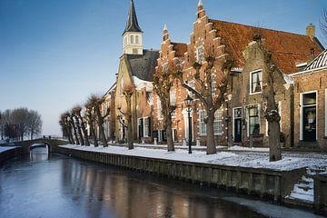 Friesische Stadt Sloten im Winter mit Fassaden und Kirche von Henk Vrieselaar