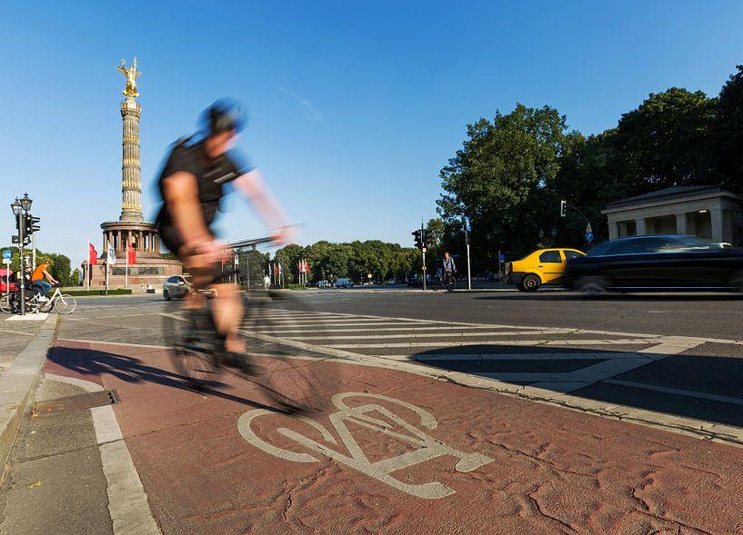 Schneller Radfahrer an der Berliner Siegessäule von Frank Herrmann