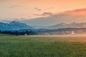 Nebliger Sonnenuntergang in Lechbruck am See von Ilya Korzelius