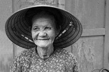 Lächelnde vietnamesische alte Dame von Sofie Bogaert