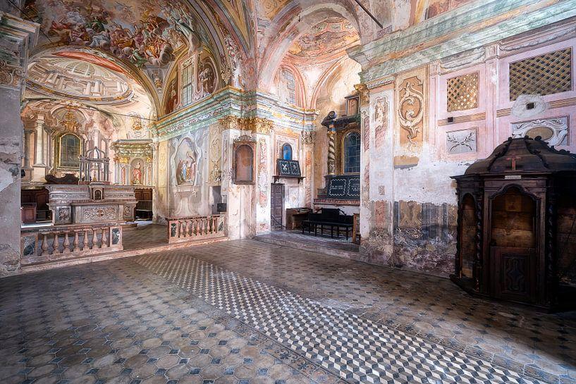 Verlaten Kerk met Fresco's. van Roman Robroek