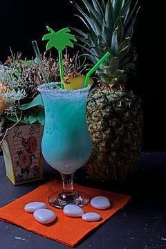 Cocktail mit Sahne-Wodka Blue Curacao Kokosnuss-Sirup Crush-Eis und Ananassaft. von Babetts Bildergalerie