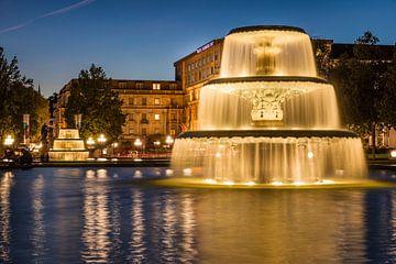 Brunnen auf dem Bowling Green bei Nacht, Wiesbaden van Christian Müringer