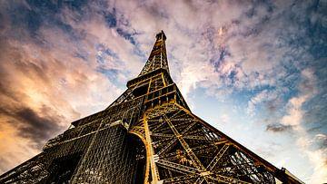 Eiffeltoren met een avondlucht van Jan Hermsen