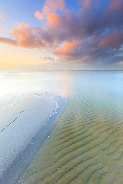Een heerlijke zomeravond op het strand aan zee met een zonsondergang van Bas Meelker