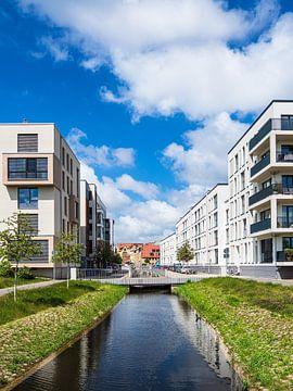 Bâtiments modernes et canal dans la ville hanséatique de Rostock sur Rico Ködder