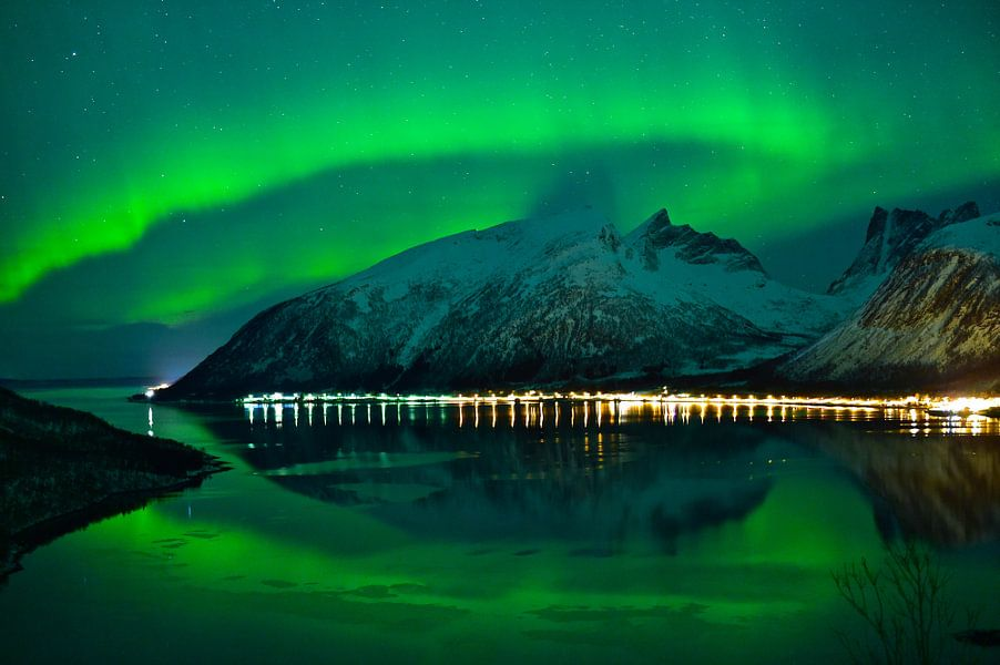 Noorderlicht boven Bergsfjorden in noord Noorwegen