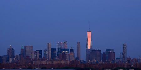 Lower Manhattan Skyline in New York vlak voor zonsopkomst, panorama