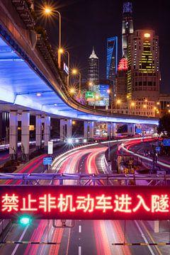 Kleurrijk lichtspel in Shanghai in China van Ralph Rozema