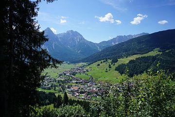 Blick auf Lermoos, Tirol (Österreich) im Sommer von Kelly Alblas