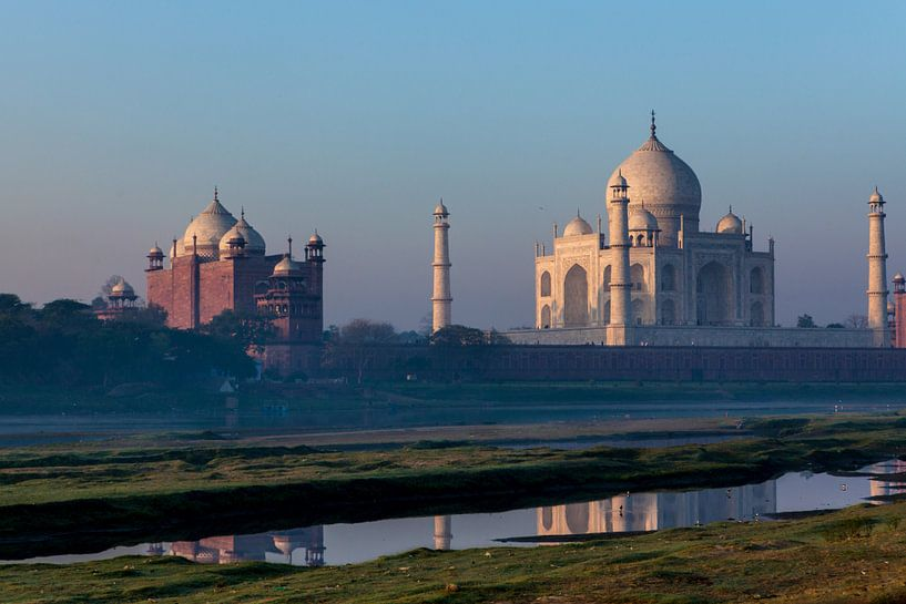 De taj Mahal in Agra India bij zonsopgang. Wout Kok One2expose van Wout Kok