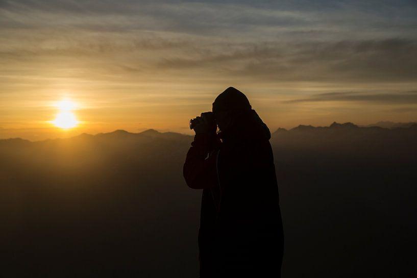 Zonsondergang op een bergtop in de Alpen. van Hidde Hageman