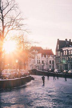 Schaatsers op het Rapenburg in Leiden van Tes Kuilboer